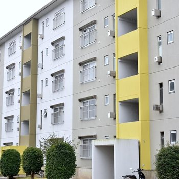 黄色のアクセントカラーが可愛い住棟。