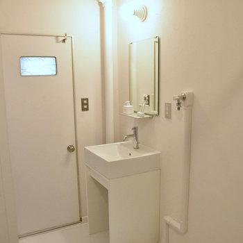 洗面台はシンプルで新しいものがついています。※写真はモデルルーム