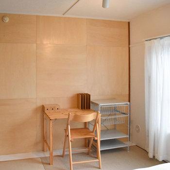 寝室の壁はシナ合板です。※写真はモデルルーム、家具はサンプルです