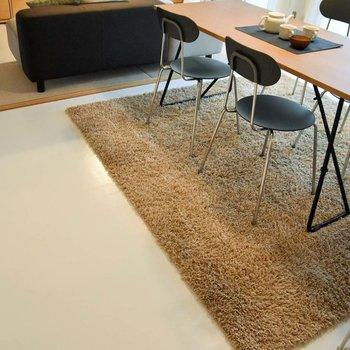 405号室は、ダイニングキッチンの床がホワイト。※写真はモデルルーム、家具はサンプルです