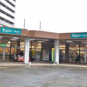 スーパー、郵便局、銀行が敷地内に。