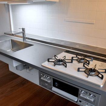 ラワン合板フローリングのお部屋のキッチンは、天板がグレーです。