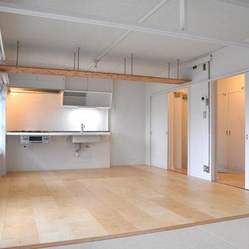 こちらは白樺合板フローリングのお部屋。※現在、ラワン合板フローリングタイプの住戸のみ空室となっております(写真3枚目のタイプ)