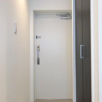 二重ロックでセキュリティ面でも安心ですね。右側の黒い扉は収納になります。
