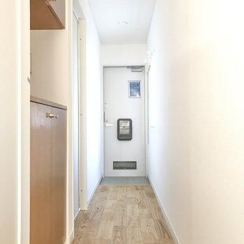 長い廊下の途中に靴箱が。※写真は前回募集時のもの
