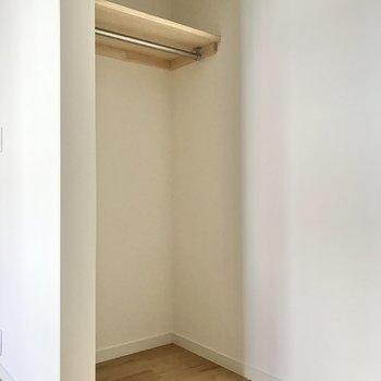 【洋室】こちらの部屋もオープン収納です。※写真は前回募集時のもの