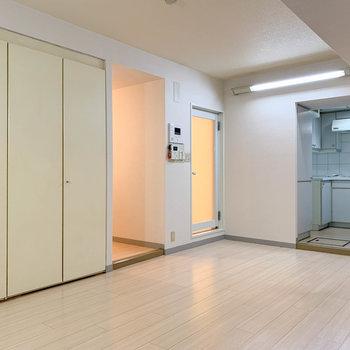 奥にキッチン、真ん中にお風呂、左に玄関があります。