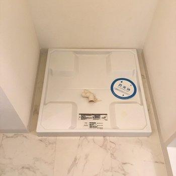 脱衣所に洗濯置き場がありますっ。