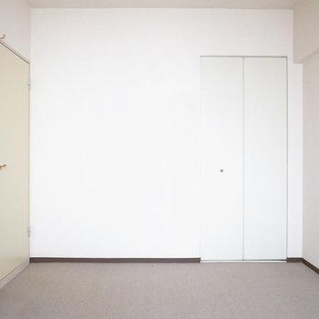 【洋室】床にはカーペットが敷かれています。