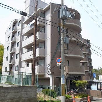 マンション前は坂道。しずかな住宅街です。