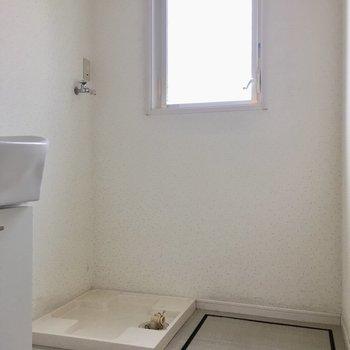 水回りには窓もあって明るい。(※写真は別棟反転間取り別部屋、モデルルームのものです)