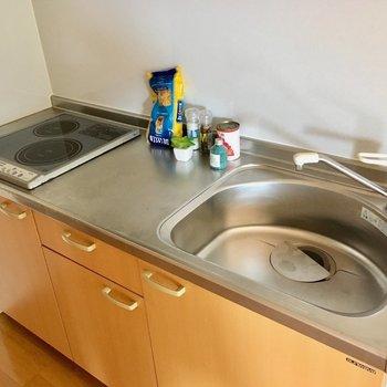 キッチンはIHコンロでお掃除も楽チン。(※写真は別棟反転間取り別部屋、モデルルームのものです)