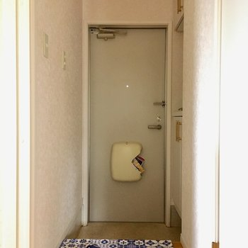 玄関はちょっとコンパクト。(※写真は別棟反転間取り別部屋、モデルルームのものです)