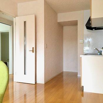 ドア開けてすぐキッチンスペース。(※写真は別棟反転間取り別部屋、モデルルームのものです)