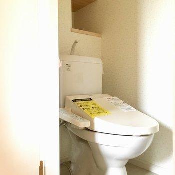 トイレはしっかりウォシュレット付きですよ!(※写真は別棟反転間取り別部屋、モデルルームのものです)