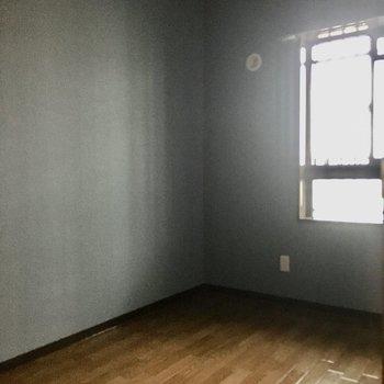 洋室①】洋室はシックなグレーのクロス。(※写真は3階の同間取り別部屋のものです)
