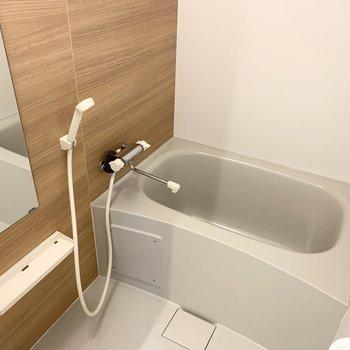 木調の優しい雰囲気の浴室。乾燥機も付いています。