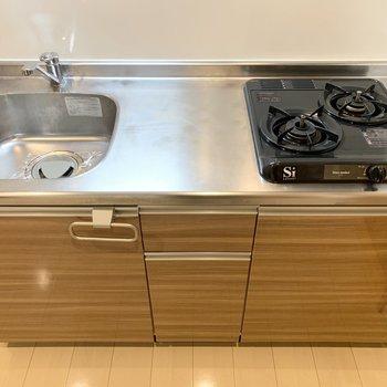 自炊派にも嬉しい2口ガスコンロと作業スペースもしっかりのキッチン。