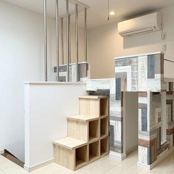 この積み木みたいなロフトが素敵。階段下も棚になっていますよ◎