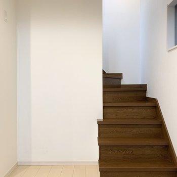 冷蔵庫やキッチン家電は振り返った階段脇に。