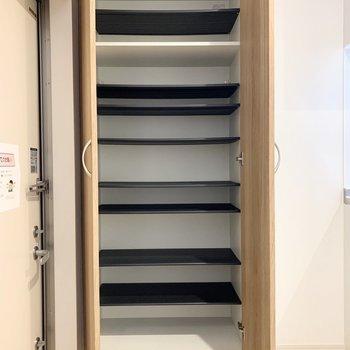 シューズボックスは1段に3足くらいのサイズ感の可動棚。ひとり暮らしではあまりそうな大容量◎