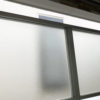 眺望はスモークガラスのパーテーションとお隣さま。
