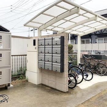 アプローチに自転車置場と宅配ボックスが設置されています。