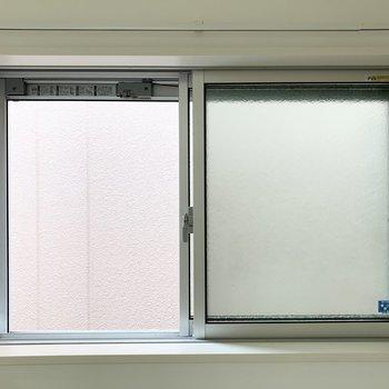 ロフト横の窓の外もお隣さま。