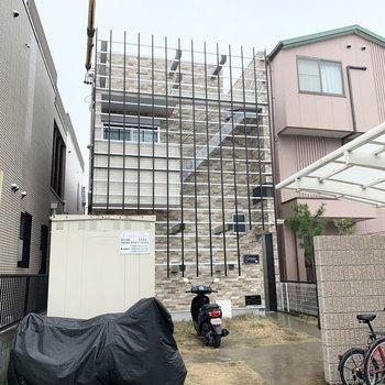グリットが特徴的な2階建てのアパートです。