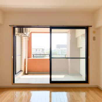 【洋室】洋室からもバルコニーへ行けちゃいます。※写真は2階の反転間取り別部屋のものです