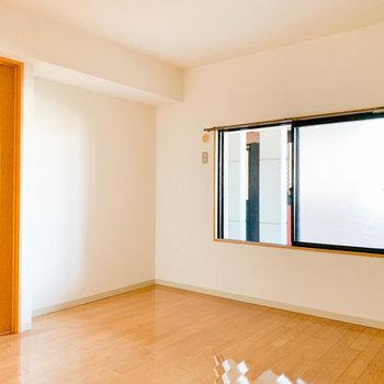 【納戸】こちらもしっかりと窓が。※写真は2階の反転間取り別部屋のものです