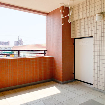 日当たりの良いバルコニー。 ガーデニング始めちゃおうかな〜※写真は2階の反転間取り別部屋のものです