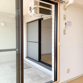 【洋室】リビングとバルコニー越しに繋がってます。※写真は2階の反転間取り別部屋のものです