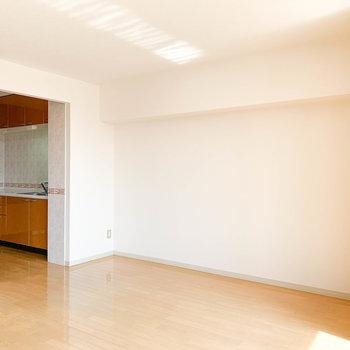【LDK】バルコニー側から見たリビング。このスペースにダイニングかなあ。※写真は2階の反転間取り別部屋のものです