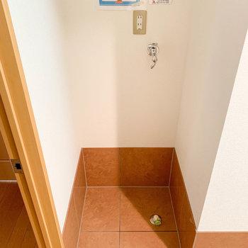 ドア横に洗濯機置き場があります。※写真は2階の反転間取り別部屋のものです