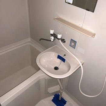浴室は2点ユニット。(※フラッシュ撮影です)
