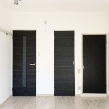 窓の対面には扉が3つ。