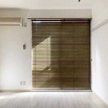 ブラインドがあるのでカーテンは要らなさそう◎