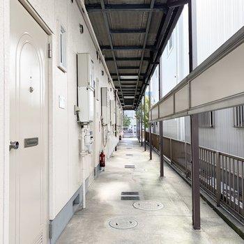 共用部は南北どちらも接道している長い廊下。