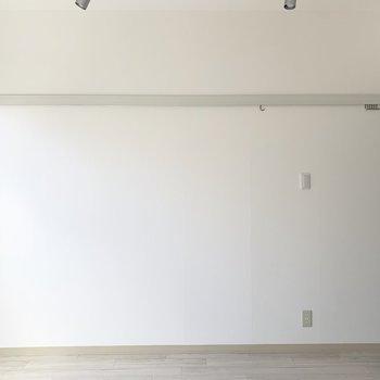 壁にはピクチャーレール。