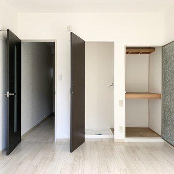 左から収納、洗濯機置場、廊下。
