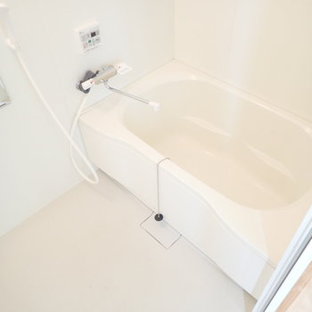 バスルームの白が無垢床に映えますね