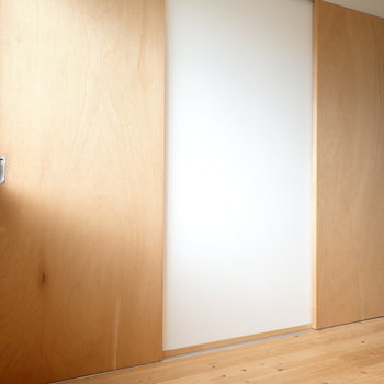 振り返ると、扉がふたつ。左が脱衣所へ。右は…
