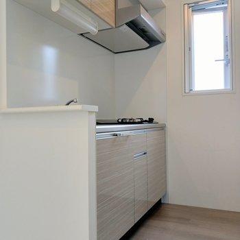 キッチン横に換気窓。角部屋で窓が多いのが嬉しい。