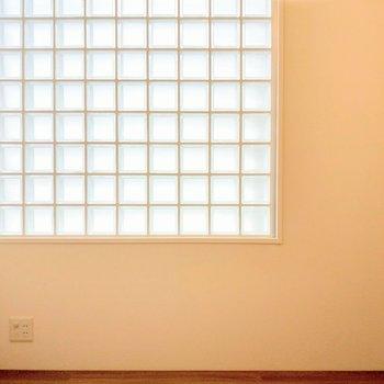 ガラスブロックの窓が素敵。コンセントがあるのも助かる!