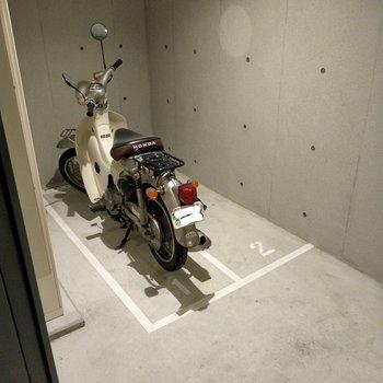 バイク置場は扉付きの室内。安心です◎