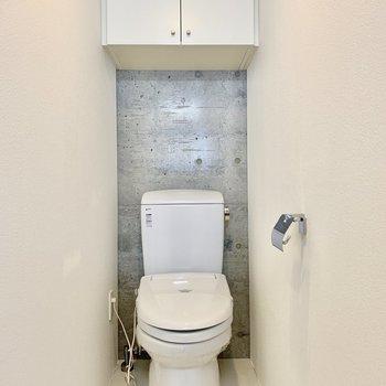 トイレは上部に収納も付いています。
