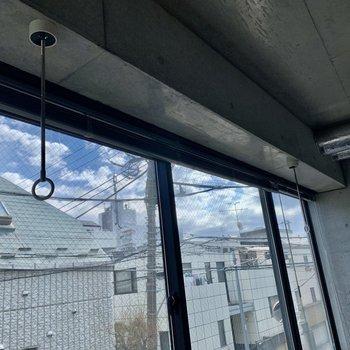 窓前には物干し竿受けがついています。