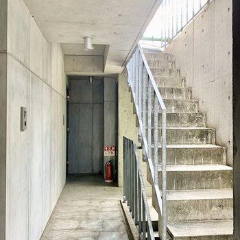 共用部もコンクリート全開。お部屋までは階段です。