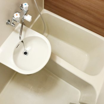 お風呂は2点ユニット。